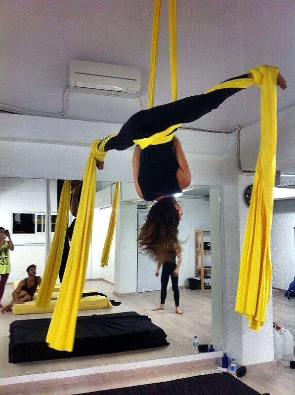 Además de la barra, el Pole Dance también puede practicarse con telas como nos demuestra Lisa Zeffert.