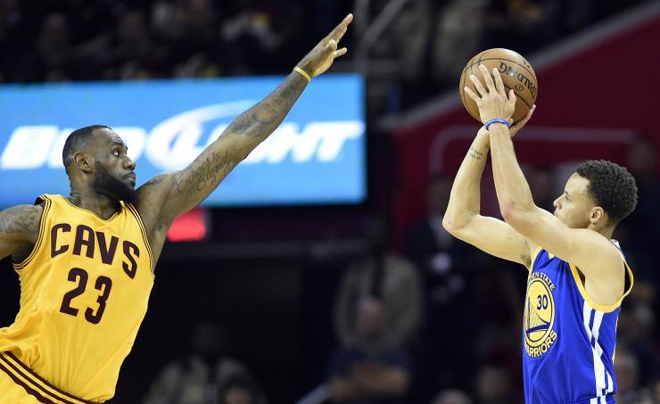 Lebron James y Stephen Curry aspiran a guiar de nuevo a sus equipos a la final de la NBA