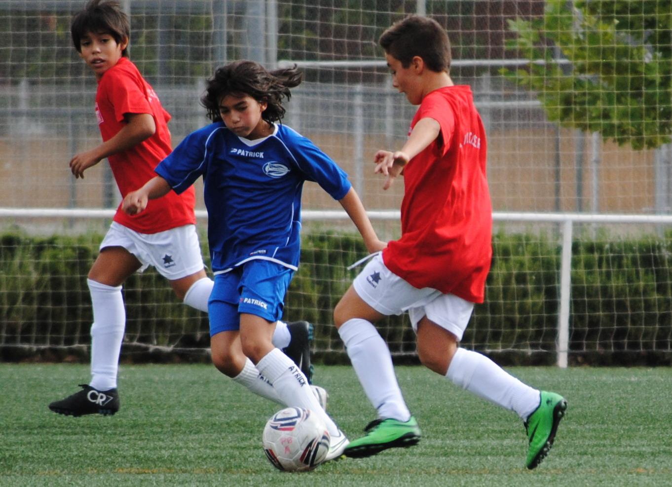 Al no haber equipo femenino, Laura Tanarro juega con chicos de su edad.