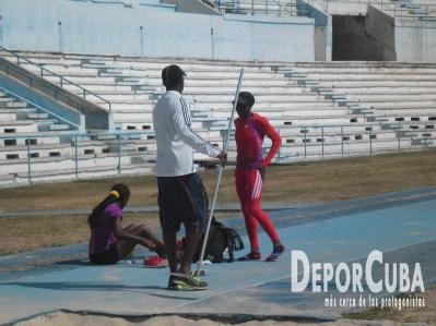 Yoelbis Quesada atiende a Yargeris Savigne y Yarianna Martinez_Triple Salto_Foto by Deporcuba
