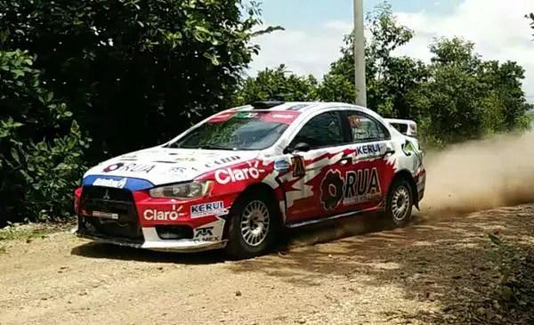 Ni lluvia apaga rugido de motores de Rally México en Zócalo