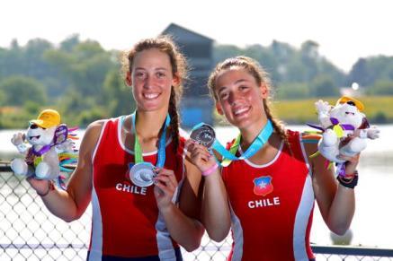 Melita y Antonia Abraham exhiben sus medallas de plata en remo. Foto: Ministerio del Deporte.