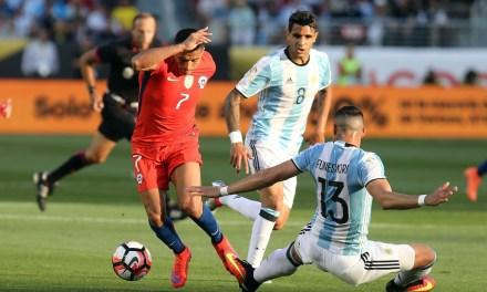 Chile comenzó su defensa del título con una derrota ante Argentina