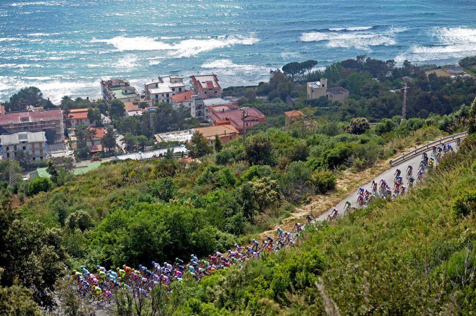 El pelotón durante un tramo de la tercera etapa del Giro de Italia. Vía @el_pais