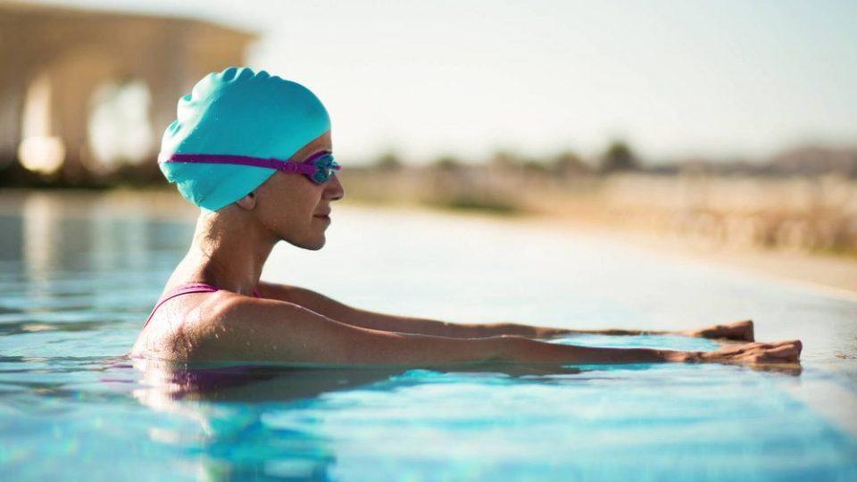 Ejercicios acuáticos para ponerte en forma en la piscina