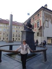 La esposa del autor en plaza de Hradcany
