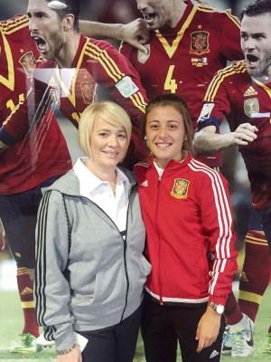 Carmen Menayo Montero, futbolista del Atlético de Madrid, y a Ángeles Aguilera Rangel, vicepresidenta de la Federación Extremeña de Fútbol