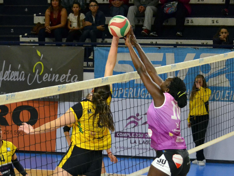 RFEVB premia la foto del bloqueo de Maguette Mbow. Sokhna Gueye (Extremadura Arroyo) despunta en Superliga.
