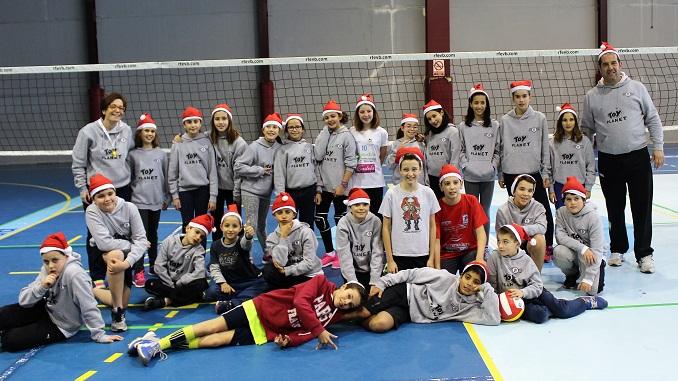 La escuela de voleibol del colegio Dulce Chacón - AD Cáceres voleibol se despiden hasta después de las fiestas navideñas