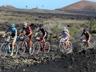 Pedro Romero, con el número 3, en el grupo de favoritos durante la 1ª etapa de la 4 Stages MTB Lanzarote 2017 (foto BOB FOY)
