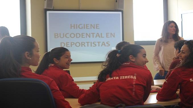 La plantilla del Santa Teresa conoce los beneficios deportivos de la salud oral