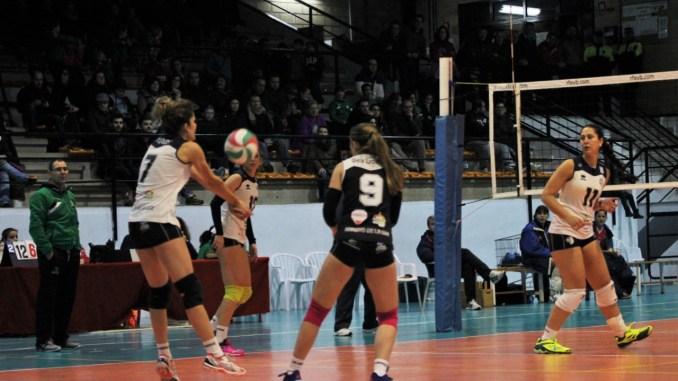 El Extremadura Arroyo recibe al futuro del voleibol español con la mirada puesta en el cuarto puesto