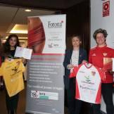 El Santa Teresa Badajoz y QuirónSalud Clideba donan dos camisetas a la AECC (2)