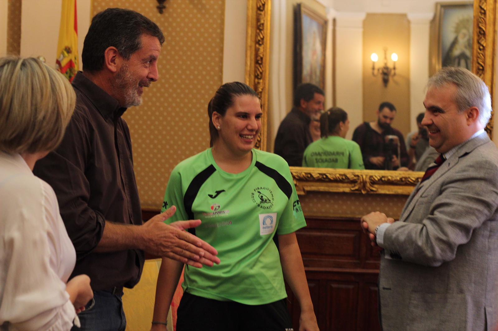 El alcalde de Badajoz recibe a la subcampeona del mundo Elena Ayuso