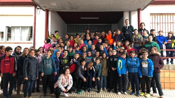 Los niños del Casar de Cáceres vibran con la visita de los jugadores