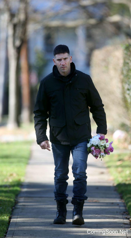 Frank Castle carrega flores em novas imagens dos bastidores da série do Justiceiro!