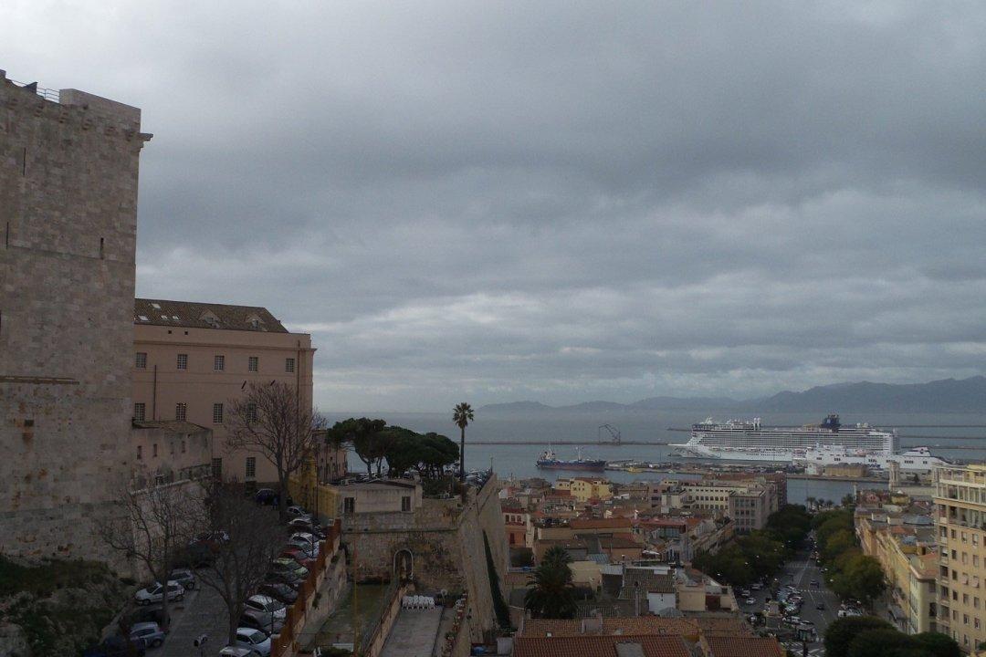 Puerto de Cagliari desde Castello