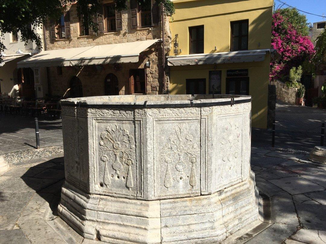 Antigua fuente en Plaza Arionos