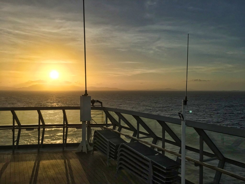 Atardecer sobre la isla de Balabac, desde la cubierta 12 del Constellation