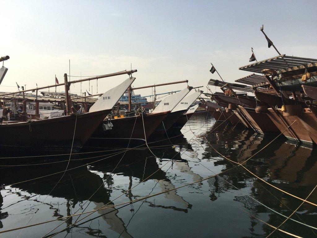Barcos de pesca atracados en Dubai Creek