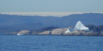 Iceberg varado frente a la costa