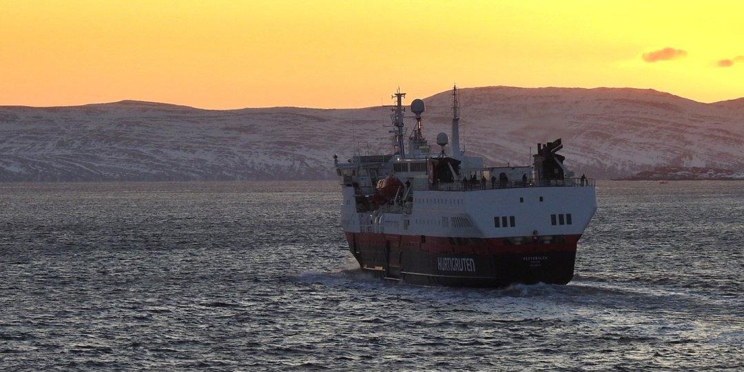 El MS Vesterålen al amanecer