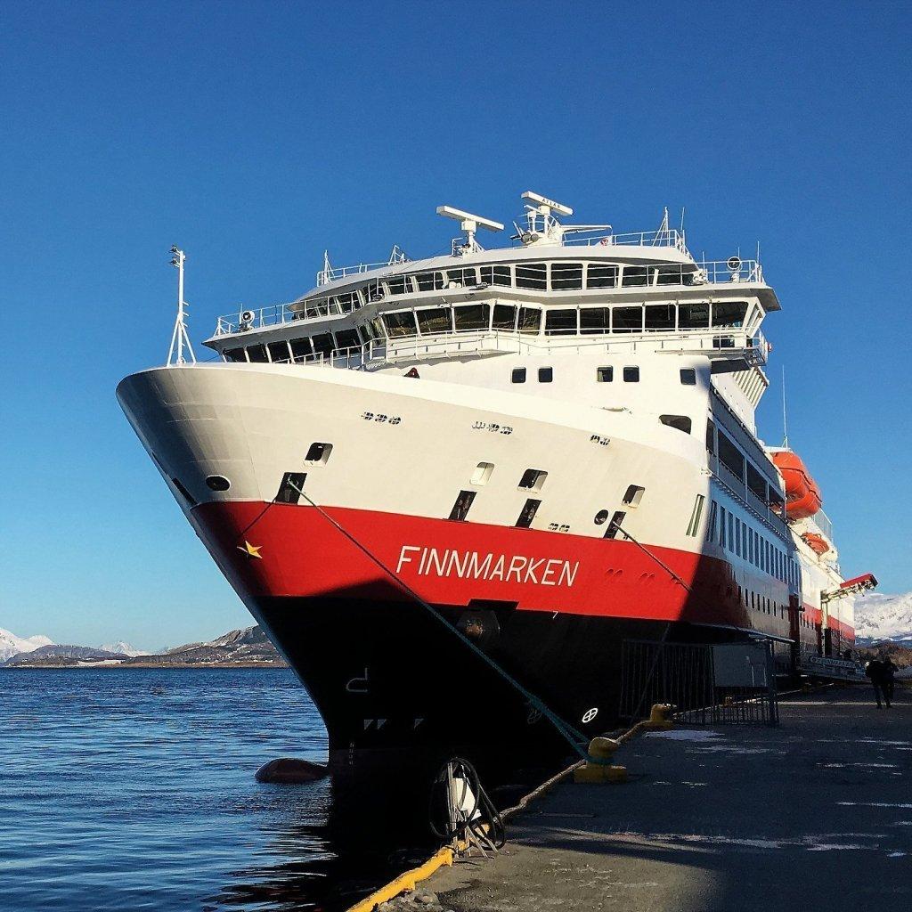 El Finnmarken atracado en Sandnessjøen