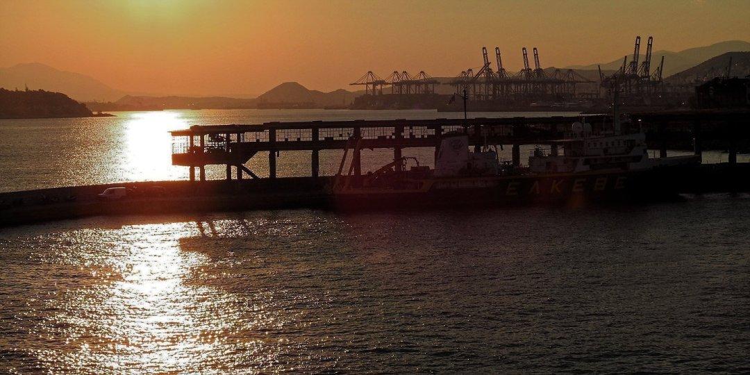 Atardecer sobre el estrecho de Salamina