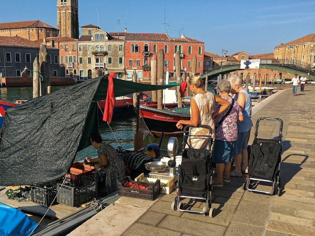 Comprando fruta en Riva Longa
