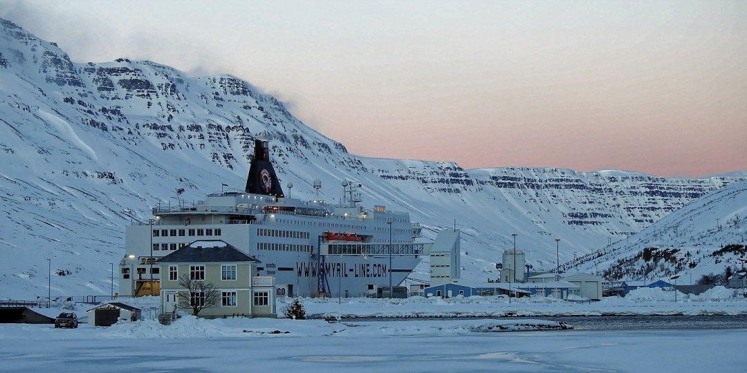 El Norröna atracado en Seyðisfjörður