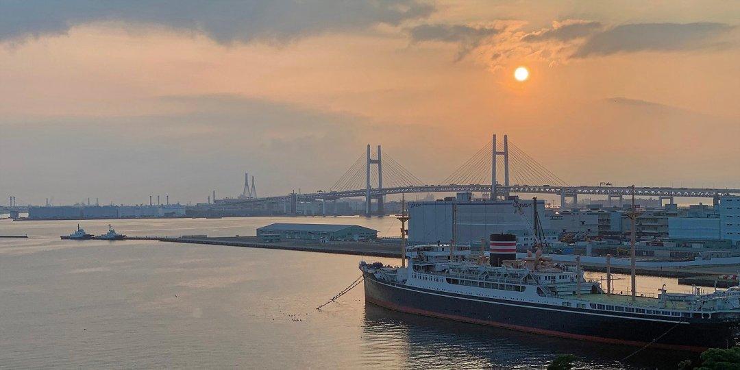 Amanecer en el puerto de Yokohama