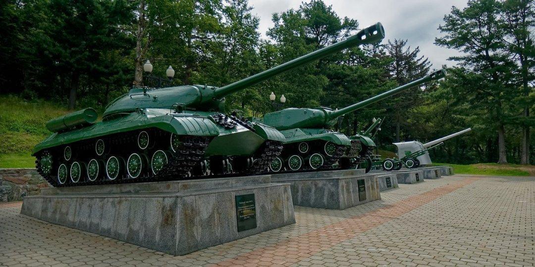 Tanques junto a la Plaza de la Gloria