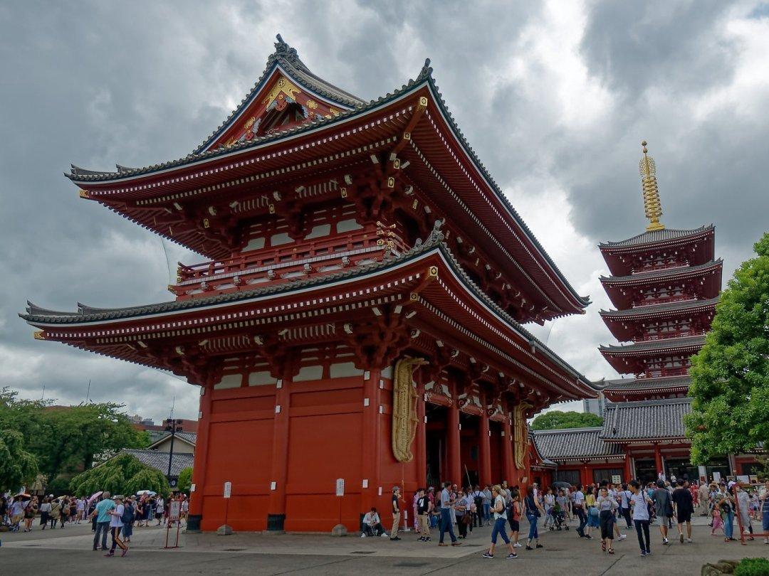 Puerta Hōzōmon y Pagoda de Cinco Pisos