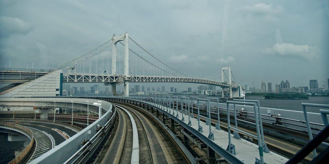 El puente Rainbow, desde la linea Yurikamome