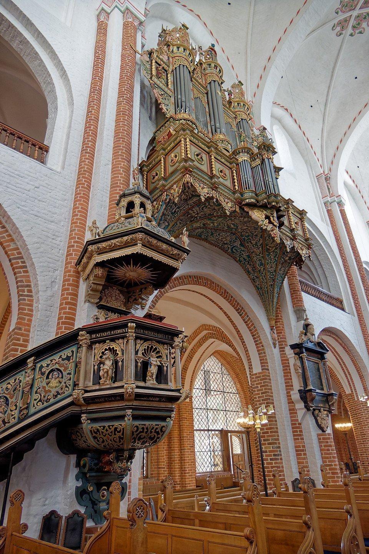 Púlpito y órgano principal