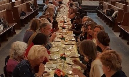 Aan één tafel, als één familie.