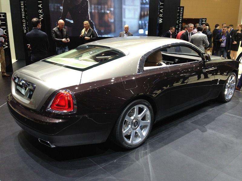 Der Rolls Royce Wraith ist für schlappe 245.000 Euro zuzüglich Mehrwertsteuer ab Oktober zu haben. Fast schon ein Schnäppchen ;-)