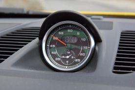 Porsche 911 GTS Uhr in der Mittelkonsole