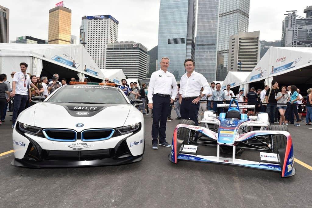 Jens Marquardt, BMW-Motorsportchef, und Alejandro Agag, Leiter der Fomel E, vor dem BMW-i8-Safetycar der Serie und einem Einsatzfahrzeug des Andretti-Teams.