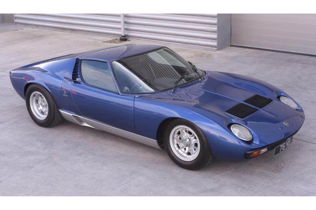 Dieser blaue Lamborghini Miura Baujahr 1971, mit dem einst Sänger Rod Stewart unterwegs war, ist jetzt für umgerechnet eine Million Euro versteigert worden.
