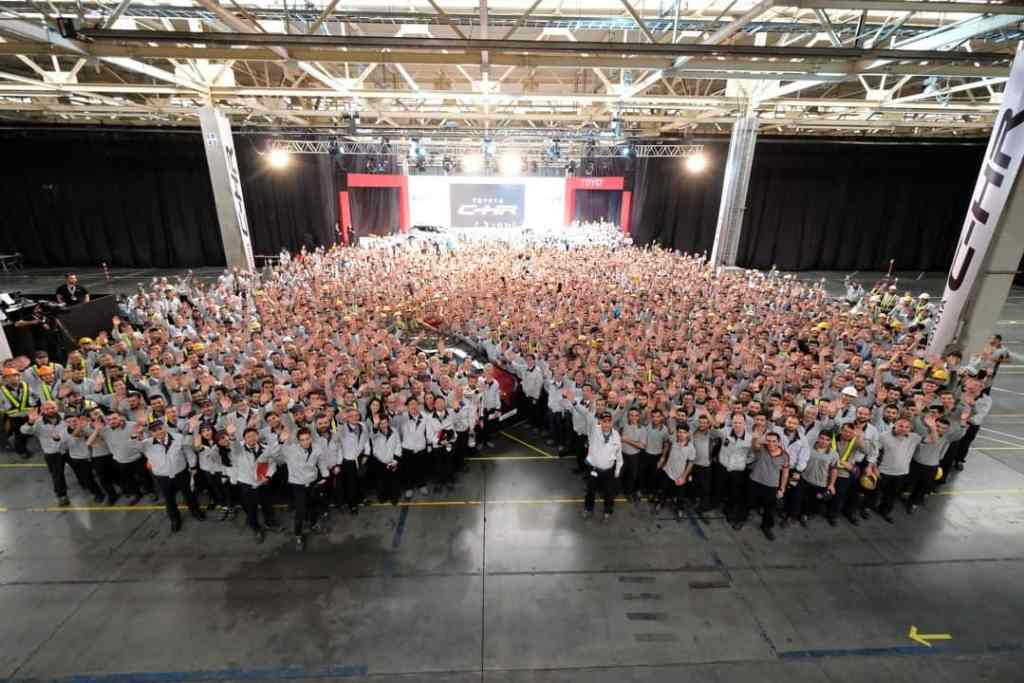 erster-toyota-c-hr-lauft-vom-band-tmmt-c-hr-internal-ceremony-for-employees-group-photo
