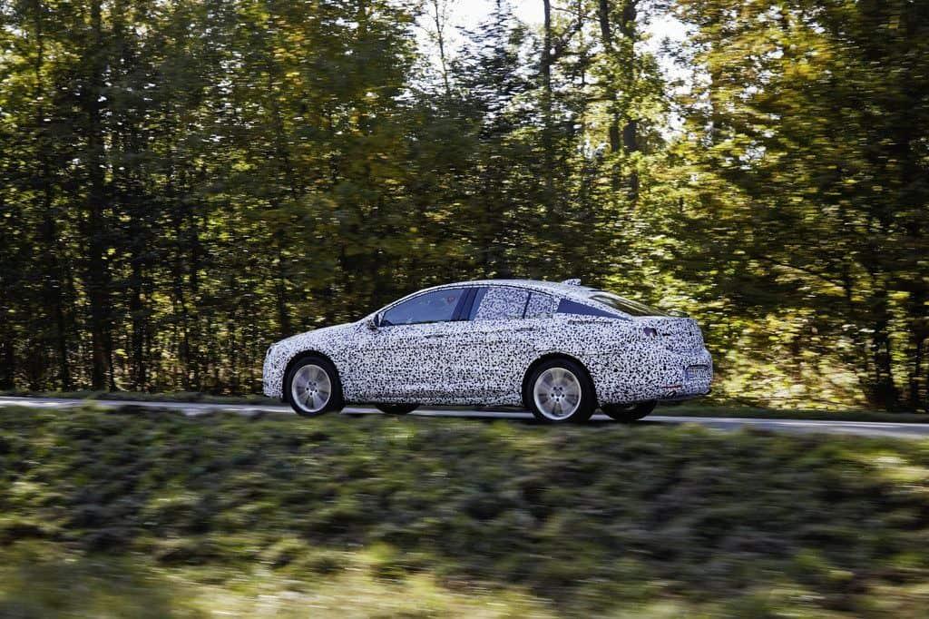 """Das Team um Chefingenieur Andreas Zipser ist mit noch getarnten Prototypen des Opel Insignia Grand Sport zu Testfahrten an den Nürburgring gereist. Auf der 21 Kilometer langen Nordschleife suchen die Entwickler nach den letzten Prozentpunkten für die perfekte Fahrzeugabstimmung. Das im nächsten Jahr erscheinende neue Mittelklassemodell aus Rüsselsheim wird bis zu 175 Kilogramm leichter, fast drei Zentimeter flacher und hat eine um elf Millimeter breitere Spur sowie deutlich reduzierte Karosserieüberhänge und einen um 92 Millimeter längeren Radstand. Der Fahrer sitzt drei Zentimeter tiefer als im aktuellen Modell. Das weiterentwickelte Flexride-Fahrwerk adaptiert Stoßdämpfer, Lenkung, Gaspedalkennlinie und Schaltpunkte (bei Automatikgetrieben) eigenständig oder anhand der wählbaren Modi """"Standard"""", """"Sport"""" und """"Tour"""". Am besten lässt sich dies auf der legendären Nürburgring-Nordschleife testen, die mit ihren Wechseln aus unterschiedlichen Belägen, Geraden und Kurvenkombinationen extrem anspruchsvoll ist. Jeder neue Opel bekommt hier seinen letzten Schliff. In der Einstellung """"Standard"""" wird automatisch nach den Informationen der Fahrzeugsensoren stets das beste Set-up gewählt. Ist der Fahrer beispielsweise auf einmal etwas flotter auf einer kurvigen Strecke unterwegs, dann erkennt die Software an Hand von Beschleunigungs- und Bremswertes den dynamischen Stil und schaltet in Sekundenbruchteilen Fahrwerks- und Antriebskomponenten auf sportlich. Im """"Tour""""-Modus stehen die komfortable Fahrwerksauslegung und eine verbrauchsgünstige Einstellung des Antriebs im Fokus. In der Stufe """"Sport"""" taucht der Insignia Grand Sport beim Anbremsen weniger ein, die Karosserie neigt sich bei schneller Kurvenfahrt deutlich geringer und die Lenkung liefert eine bessere Rückmeldung. Außerdem erfolgt die Gasannahme direkter und greift der Schleuderschutz ESP später ein. Ist ein Automatikgetriebe an Bord, dreht es die Gänge höher aus. (ampnet"""