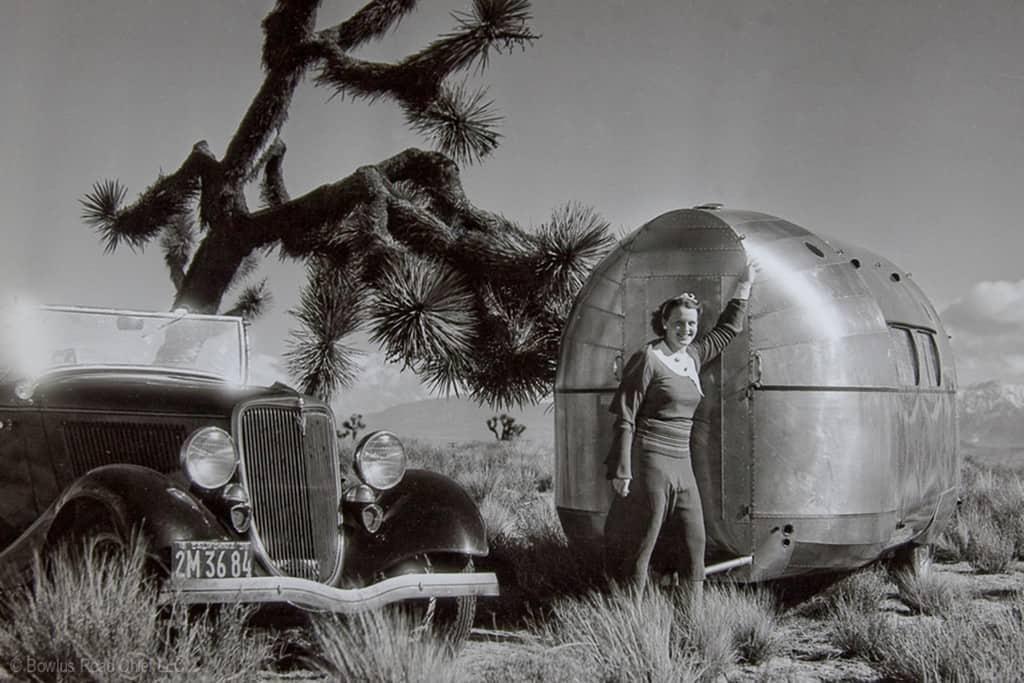 Hawley Bowlus' Ehefrau Ruth mit einem Bowlus im Joshua Tree National Park (1930er-Jahre).