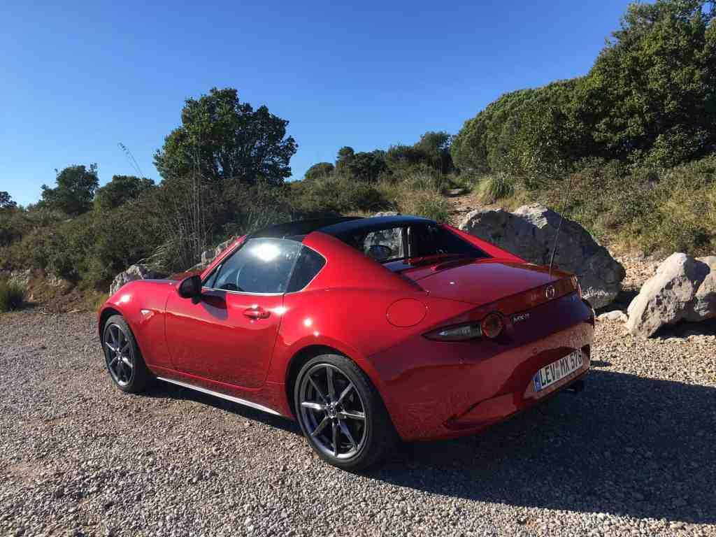 Der Mazda MX-5 RF kommt erstmals mit vollelektrischem Targa-Blechdach