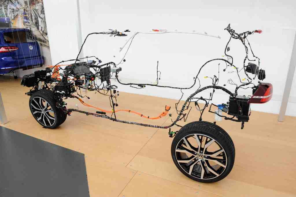 Wolfsburger Neurologen für Kabel, Stecker und Kontakte - Über die Nervenbahnen des modernen Automobils