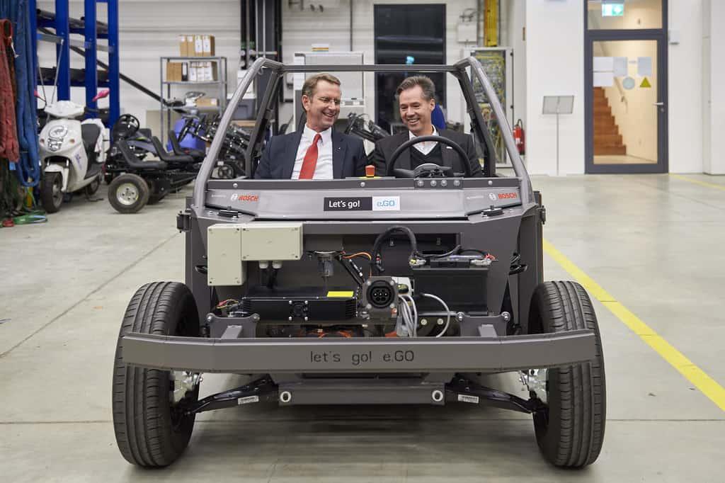 Prof. Günther Schuh (l.), CEO der E.Go Mobile AG, und Dr. Markus Heyn, Geschäftsführer der Robert Bosch GmbH, im fahrfertigen Chassis des Life.