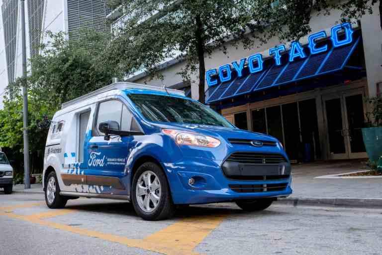 Autonomes Ford Transit Connect-Forschungsfahrzeug liefert Speisen in Miami aus