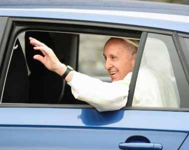 Der Papst fährt im Skoda vor