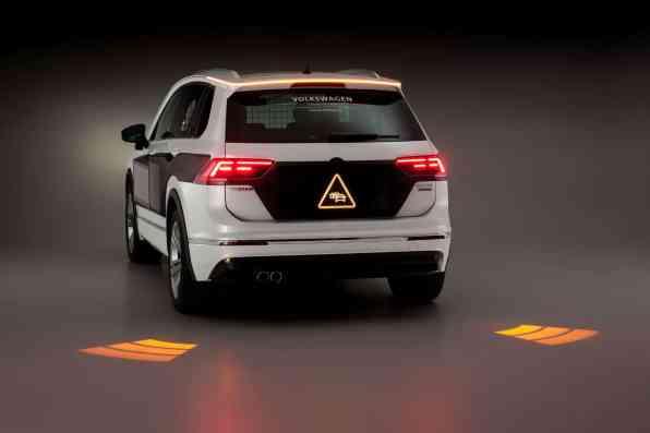 Forschungsfahrzeug mit Exterieur HMI: Verkehrsteilnehmer werden in die Kommunikation über Screens am Fahrzeug eingebunden.
