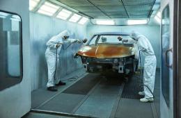 Bei einem Einzelstück wie dem ŠKODA MOUNTIAQ wird jeder Arbeitsschritt wie hier das Lackieren mit dem Farbton Orange Sunset von Hand erledigt.
